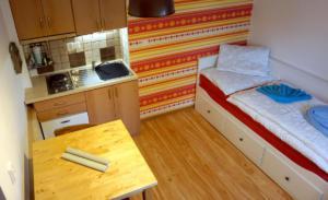 Garsonka - pohled shora, složená postel